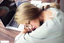 Nữ sinh xinh xắn ngủ trong phòng thi gây sốt