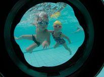 Bố 4 con bày mẹo dạy trẻ bơi nhoay nhoáy khi đi còn chưa vững
