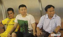 Văn Quyến động viên đàn em sau khi SLNA thua CLB Sài Gòn