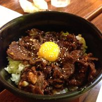 Ăn như người Nhật: Cơm thịt bò sánh ngậy với 10 quả trứng sống, bạn dám thử?
