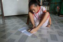 Bạc Liêu: Khâm phục nghị lực của cô bé có đôi tay bị khuyết tật