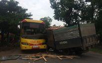 Xe khách chở người đi khám bệnh bị xe tải đâm nát đầu
