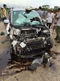 Xe bus lật sau khi đâm nát đầu taxi, 21 người bị thương
