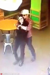 Mặc tin đồn ly hôn, Brad Pitt ôm Angelina Jolie chặt cứng