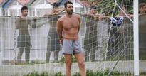 Buffon cởi trần, đá bóng PHỦI với trẻ em