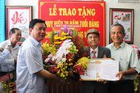 Trao huy hiệu 70 năm tuổi Đảng cho ông Đặng Văn Hạt