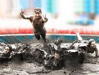 Hàng trăm nghìn người đổ về lễ hội tắm bùn lớn nhất thế giới