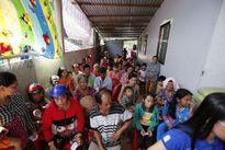 Hoa hậu Dương Kim Ánh trao quà cho người nghèo tại Sóc Trăng
