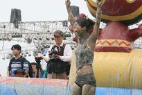 Xem đấu vật, ném bùn, khiêu vũ trong lễ hội bùn Boryeong