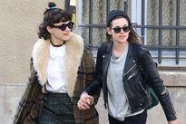 Kristen Stewart hôn người tình đồng giới trên đường phố