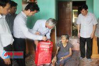 Trưởng ban Tổ chức Tỉnh ủy tặng quà các đối tượng chính sách