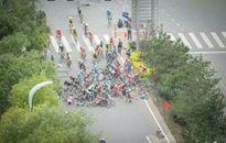 CĐV lao ra đường đua khiến hàng chục tay đua xe đạp 'dập mặt'