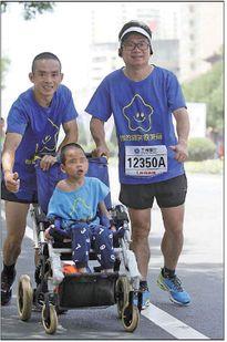 Cậu bé 7 tuổi nặng 13,5kg thỏa mãn ước mơ được chạy đua trên xe lăn