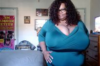 Người phụ nữ kiếm 1 triệu USD nhờ có bộ ngực gần ... 60 kg