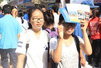 Phụ huynh, thí sinh đội nắng tham gia ngày hội Tư vấn xét tuyển 2016