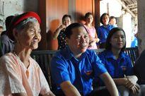 Bí thư T.Ư Đoàn thăm và tặng quà mẹ liệt sỹ huyện Thường Tín