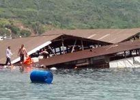 Ninh Thuận: Nhà hàng nổi bỗng đổ sập, hàng trăm khách rơi xuống biển