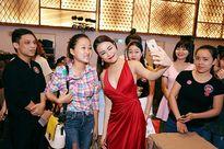 Diện váy xẻ cao, Hoàng Thùy Linh gợi cảm hút ánh nhìn