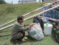 Cảm động chuyện tình ông bà cụ ve chai trong túp lều ven sông