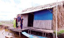 Nông dân bán đảo Cà Mau bơi trong nước biển dâng
