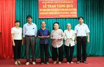 Báo Hànôịmới tặng quà tri ân Bà mẹ Việt Nam Anh hùng, gia đình chính sách huyện Ba Vì