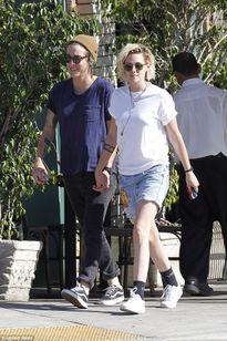Kristen Stewart hạnh phúc dạo phố bên người tình đồng giới