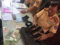 Hà Nội: CSGT trả lại 43 triệu đồng cho người dân đánh rơi