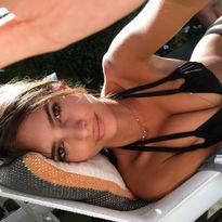 Mẫu nữ hút 7,1 triệu fan bày cách chụp bikini mê người