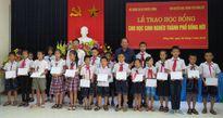 Bộ trưởng Trương Minh Tuấn trao học bổng cho học sinh nghèo TP Đồng Hới