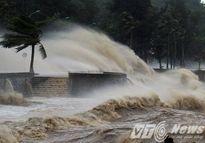 Tin mới nhất về bão số 1: Đồ Sơn mưa như trút, sóng vượt bờ kè đánh tràn lên đường