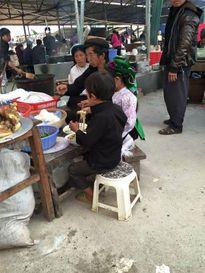 Chuyện cha con nghèo đi chợ vùng cao khiến bạn phải bồi hồi nhớ về tuổi thơ khốn khó