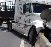 Hà Tĩnh: Xe khách đâm xe container , tài xế bị thương nặng