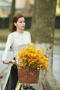 Hồ Ngọc Hà áo dài tinh khôi trên phố Hà Nội