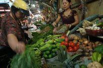 Tin bão số 1 về, người dân tích trữ thực phẩm