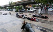 Cách đi xe máy an toàn trong bão cho người Việt
