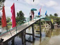 Ồn ào khen chê khi Thủy Tiên, Công Vinh xây cầu, phát gạo từ thiện