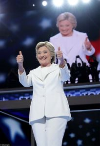Hillary Clinton hạ bệ Donald Trump trong đêm lịch sử