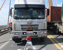 Xe container chết máy giữa cầu Rạch Miễu