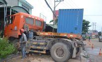 Bình Phước: Xe đầu kéo mất lái lao vào quán cơm, 2 người bị thương