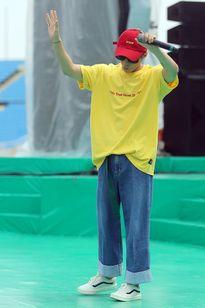 Sơn Tùng M-TP, Tiên Tiên diện trang phục màu 'nóng' đi tổng duyệt giữa trưa nắng