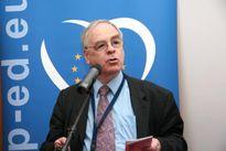 Nghị sĩ châu Âu đề xuất treo... thủ lợn lên hàng rào dây kẽm để xua đuổi người tị nạn