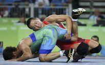 Phản đối trọng tài ở Olympic, HLV Mông Cổ tự thoát y