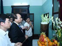 Các đồng chí lãnh đạo dâng hương tưởng nhớ Chủ tịch Hồ Chí Minh