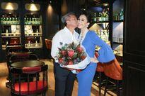 Diễm My 54 tuổi vẫn được chồng đại gia tình tứ tặng hoa, hôn má