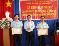 Hai công chức Hải quan được khen thưởng về thành tích chống buôn lậu