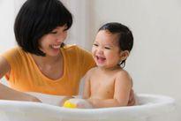 Canh chuẩn thời gian tắm cho trẻ sơ sinh để bé yêu không nhiễm lạnh