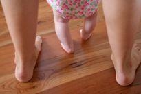 Cách nắn chân vòng kiềng cho bé để bé nhà bạn có đôi chân đẹp