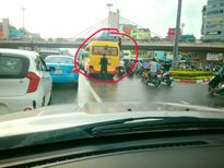 Chờ đèn đỏ, lái xe khách thản nhiên tè bậy giữa đường