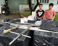 Bắt giữ hai đối tượng vận chuyển thuốc lá lậu và tàng trữ vũ khí nóng