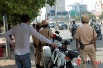 'Vẫy khách' giữa đường, lái xe bị phạt 1,5 triệu, tước bằng 2 tháng